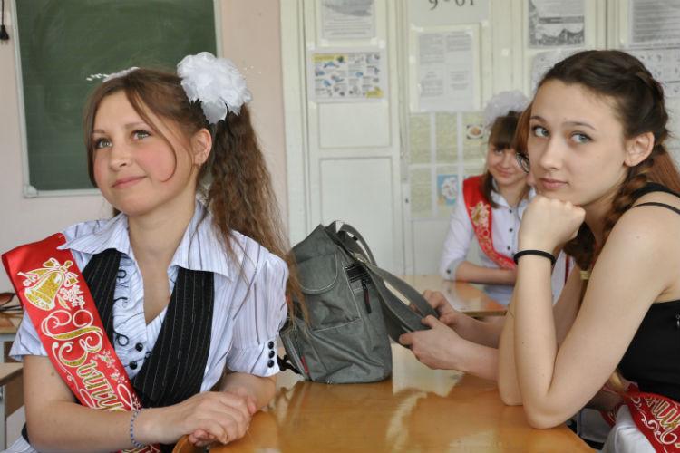 Фото под юбкой выпускниц 28 фотография