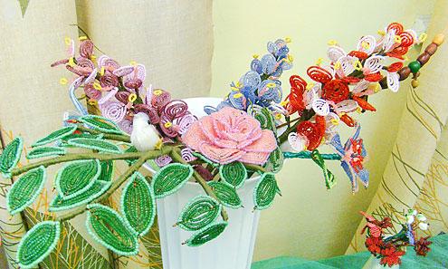 Цветы из бисера охапками.
